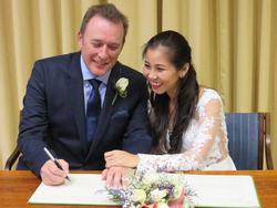 Cô dâu Việt kể chuyện được chồng Anh cầu hôn ở tuổi 37 ngay khi anh vừa rời 'cửa tử'