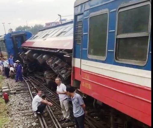 Tàu hỏa chở hơn 100 khách trật bánh ngay trong sân ga-1