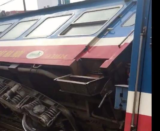 Tàu hỏa chở hơn 100 khách trật bánh ngay trong sân ga-2