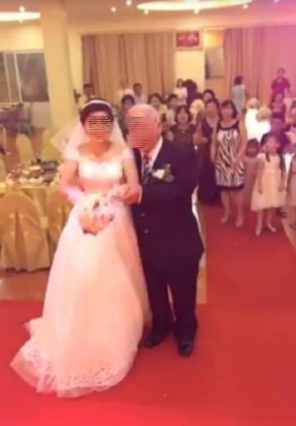Cô dâu trẻ sánh bước bên chồng đầu tóc bạc phơ ở Hải Phòng gây xôn xao-2