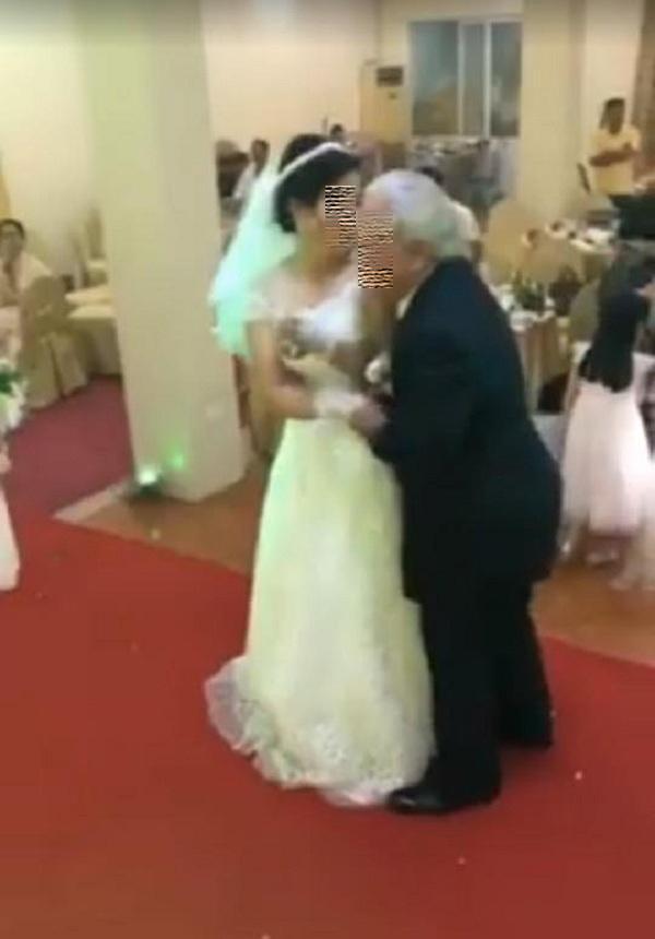 Cô dâu trẻ sánh bước bên chồng đầu tóc bạc phơ ở Hải Phòng gây xôn xao-3