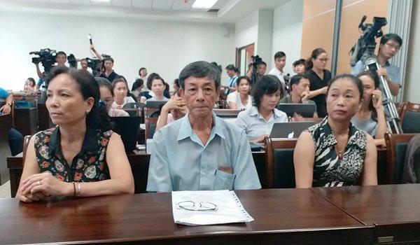 Bé bị bạo hành, bỏ lại bệnh viện: Bà nội muốn thử ADN-1
