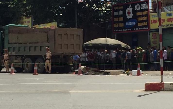 Hà Nội: Va chạm với xe tải, 3 người chết tại chỗ-1