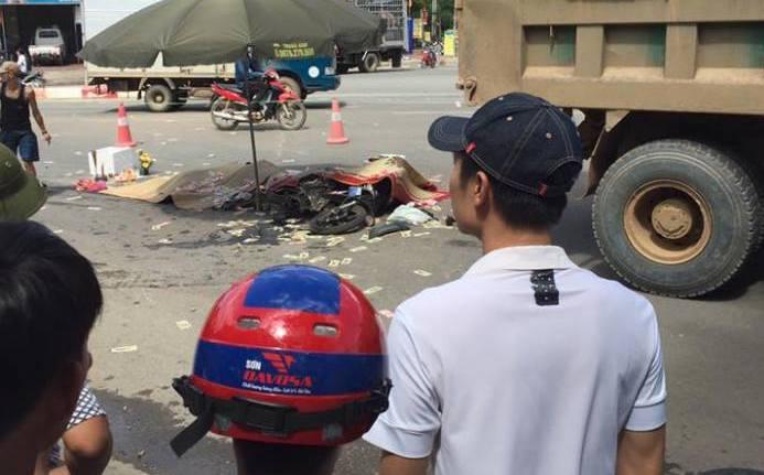 Hà Nội: Va chạm với xe tải, 3 người chết tại chỗ-2