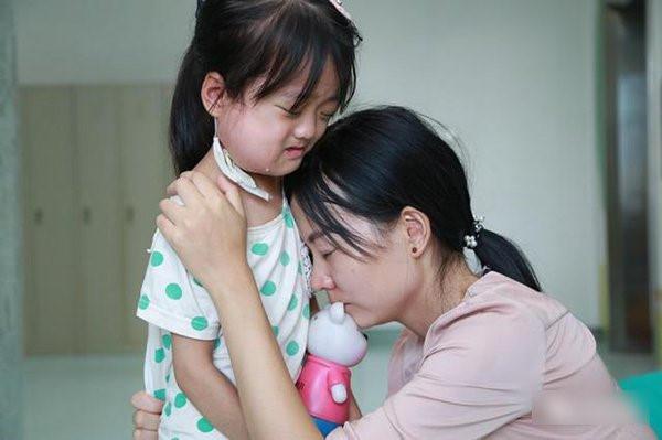 Người cha khóc vì con gái không chịu chữa bệnh, để dành tiền cứu em-2