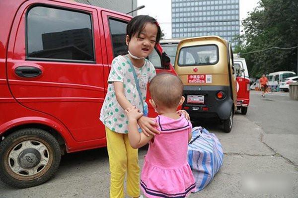 Người cha khóc vì con gái không chịu chữa bệnh, để dành tiền cứu em-1