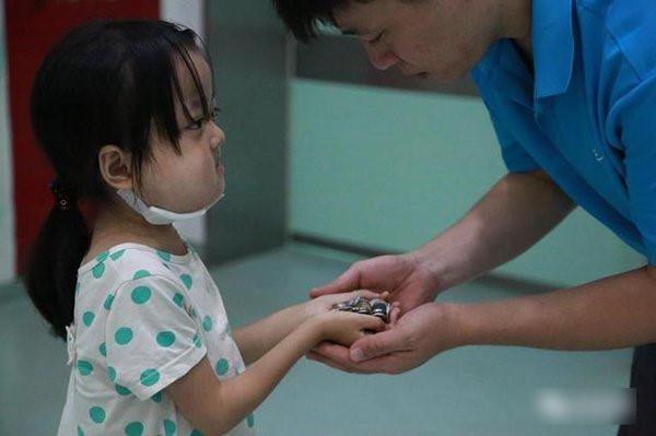 Người cha khóc vì con gái không chịu chữa bệnh, để dành tiền cứu em-3