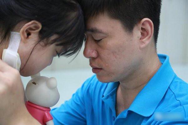 Người cha khóc vì con gái không chịu chữa bệnh, để dành tiền cứu em-4