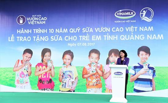 Trao 46.500 ly sữa cho trẻ em tỉnh Quảng Nam-1