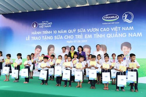 Trao 46.500 ly sữa cho trẻ em tỉnh Quảng Nam-3