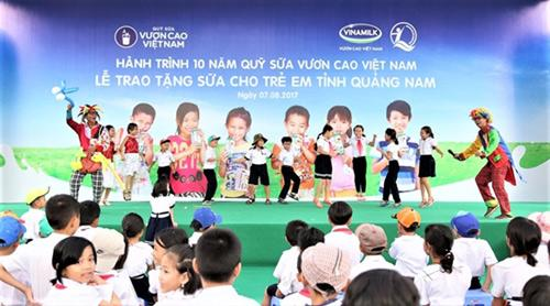 Trao 46.500 ly sữa cho trẻ em tỉnh Quảng Nam-5