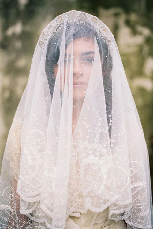 Ẩn chứa sau mạng che mặt cô dâu trong ngày cưới là những sự thật bất ngờ và rùng rợn-1