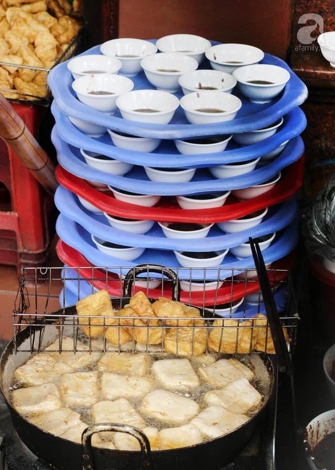 Ghé hàng bún đậu mắm tôm phải tận dụng cả hành lang, phòng ngủ làm nơi bán hàng ở phố Đại La-2