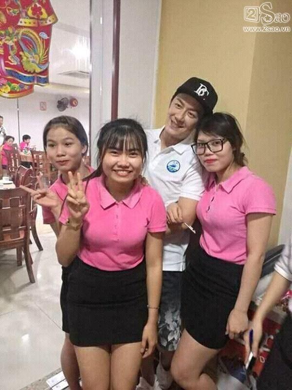 Fan Việt vui sướng được chụp ảnh cùng Trần Hạo Dân tại Đà Nẵng-1