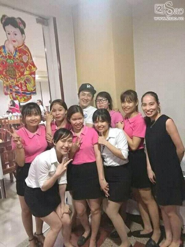 Fan Việt vui sướng được chụp ảnh cùng Trần Hạo Dân tại Đà Nẵng-2