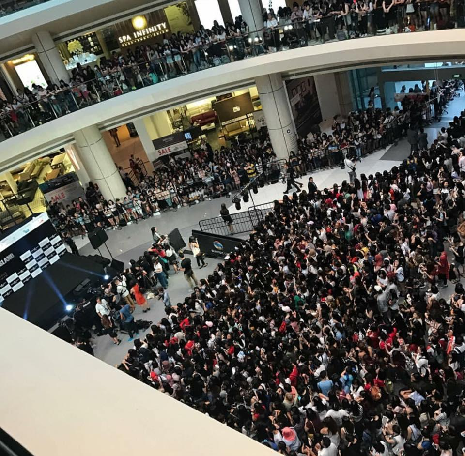 10.000 người chen chúc để ngắm nhìn Song Joong Ki bằng xương bằng thịt-10