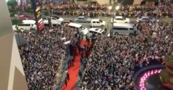 10.000 người chen chúc để ngắm nhìn Song Joong Ki bằng xương bằng thịt-9