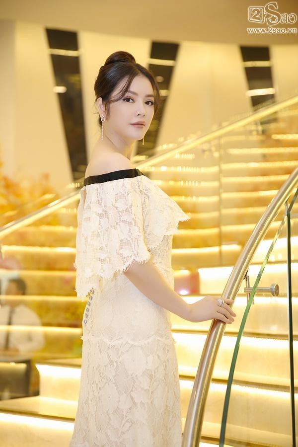 Lý Nhã Kỳ diện lại váy 2 tỷ đồng đến chúc mừng Nguyên Vũ-2