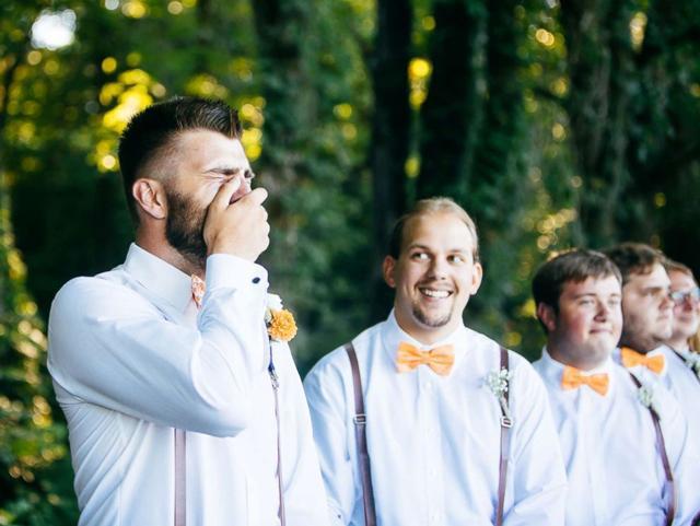 '1001' biểu cảm của chú rể khi nhìn thấy cô dâu bước vào lễ đường, dàn phù rể không thể nhịn cười-3