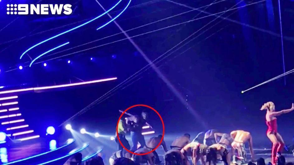 Britney Spears hốt hoảng khi bị một kẻ xông lên quấy rối sân khấu biểu diễn-1
