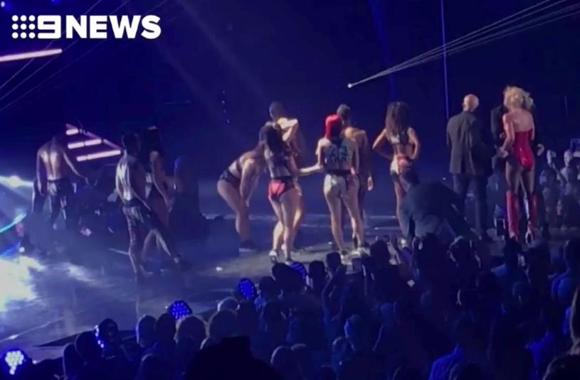 Britney Spears hốt hoảng khi bị một kẻ xông lên quấy rối sân khấu biểu diễn-4