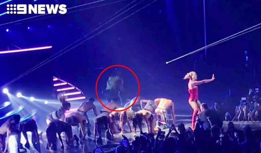 Britney Spears hốt hoảng khi bị một kẻ xông lên quấy rối sân khấu biểu diễn-3