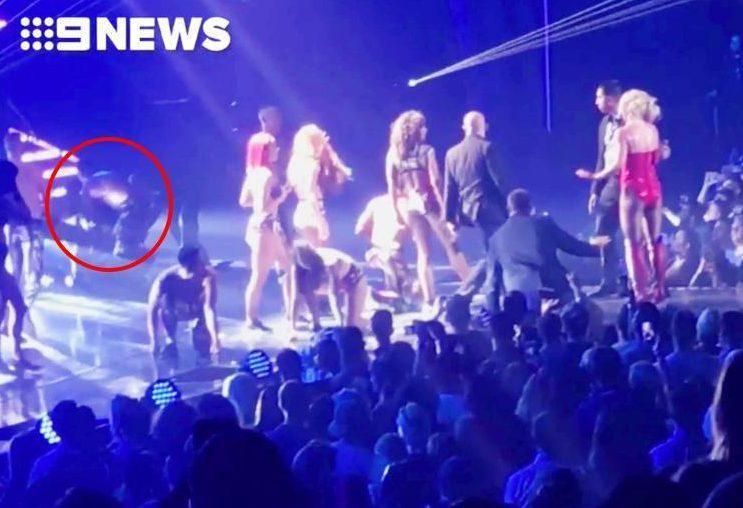 Britney Spears hốt hoảng khi bị một kẻ xông lên quấy rối sân khấu biểu diễn-6
