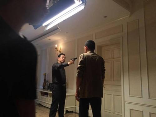 """Lộ hình ảnh cực hot của """"Người phán xử"""": Phan Quân chĩa súng bắn Lương Bổng"""