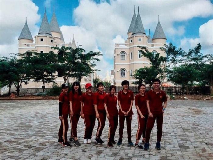 Giới trẻ Việt sốt 'rần rần' trước trường phù thủy Hogwarts - Đại học Võ Trường Toản-1