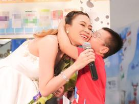 Mỹ Tâm bất ngờ khi được fan nhí chạy lên sân khấu níu cổ hôn