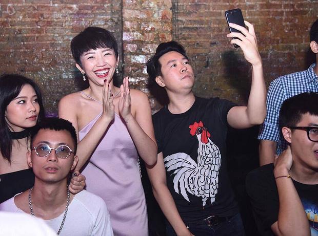 Xóa tin đồn chia tay, Tóc Tiên nhảy cuồng nhiệt trong đêm nhạc của Hoàng Touliver-1