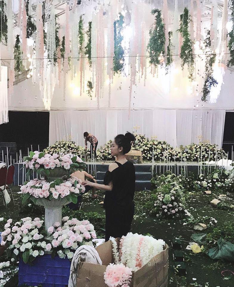 Hé lộ không gian tiệc cưới ngập sắc hoa của anh trai Bảo Thy và vợ hot girl-2