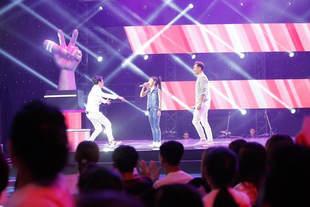 Chạy lên đón thí sinh nhưng bị từ chối, Vũ Cát Tường có giây phút xấu hổ nhất tại 'Giọng hát Việt nhí'-3
