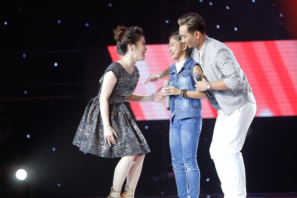 Chạy lên đón thí sinh nhưng bị từ chối, Vũ Cát Tường có giây phút xấu hổ nhất tại 'Giọng hát Việt nhí'-1