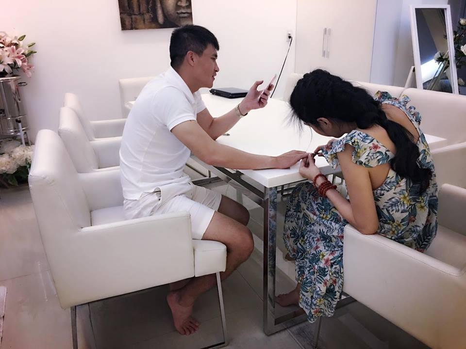 Tin sao Việt 13/8: Thủy Tiên cắt tỉa móng tay cho ông xã Công Vinh-1