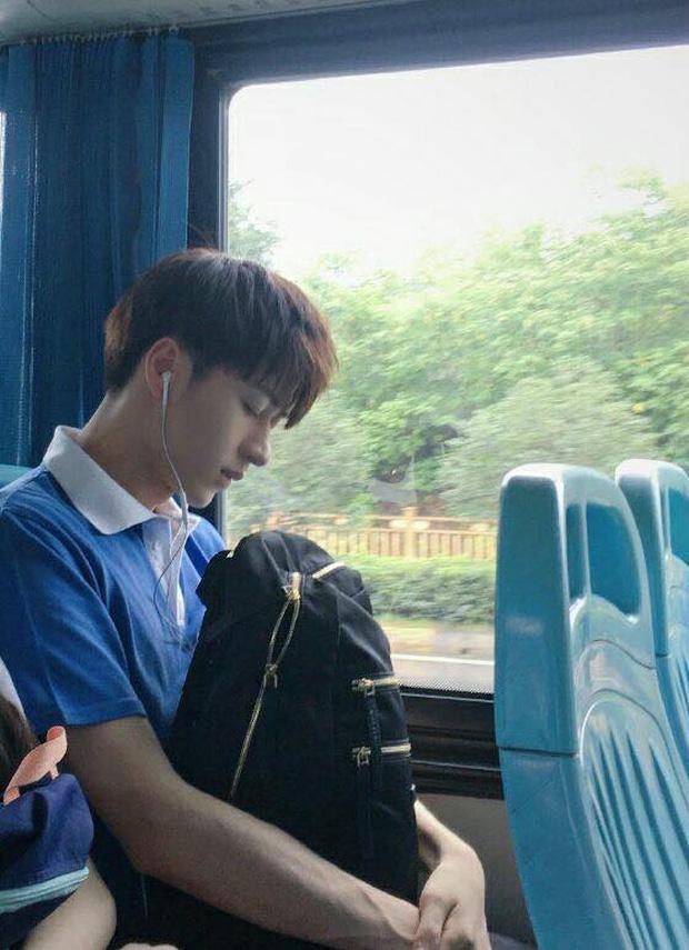 Đã đẹp trai thì ngủ quên trên xe bus như anh chàng này cũng thành 'cực phẩm'!-1