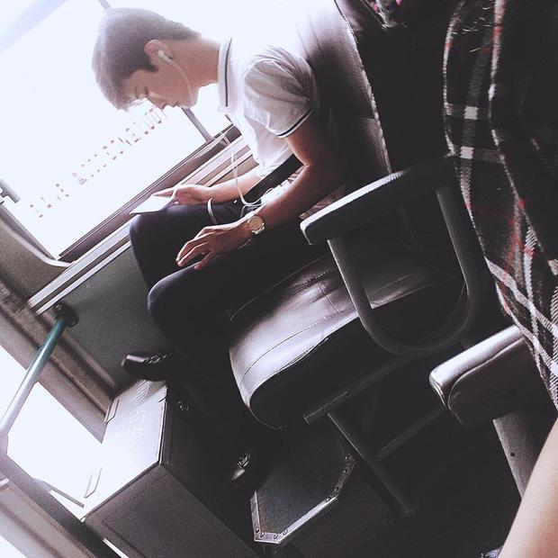 Đã đẹp trai thì ngủ quên trên xe bus như anh chàng này cũng thành 'cực phẩm'!-2
