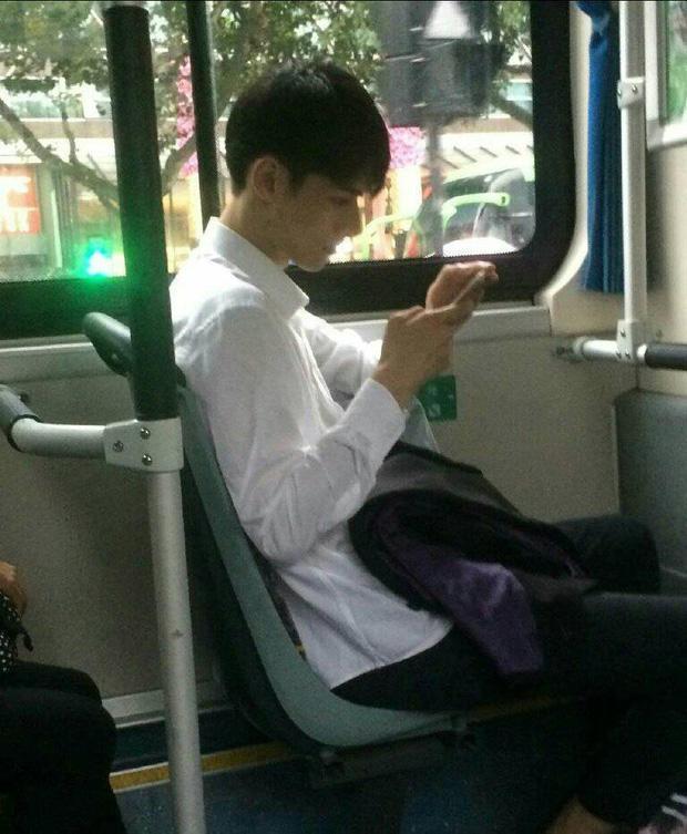 Đã đẹp trai thì ngủ quên trên xe bus như anh chàng này cũng thành 'cực phẩm'!-3