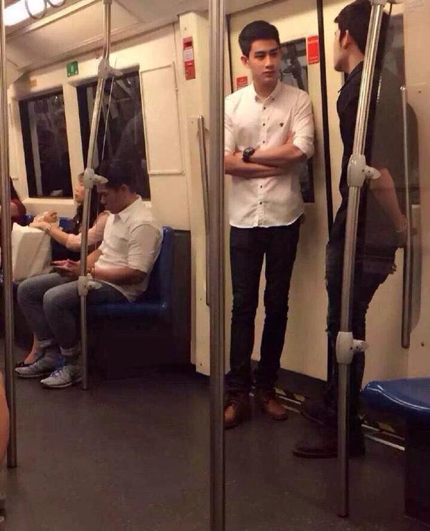 Đã đẹp trai thì ngủ quên trên xe bus như anh chàng này cũng thành 'cực phẩm'!-6