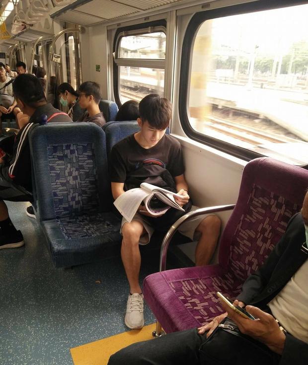 Đã đẹp trai thì ngủ quên trên xe bus như anh chàng này cũng thành 'cực phẩm'!-7