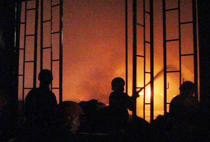 Hàng trăm cảnh sát trắng đêm dập lửa tại công ty may ở Sài Gòn-1