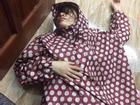 Muôn kiểu THẤT TÌNH phản cảm của giới trẻ thời nay: Rạch tay, xăm kín mặt, mặc áo mưa nằm vật trên sàn nhà