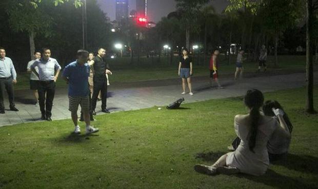 Hot girl lẽo đẽo đi theo người vô gia cư trong công viên và nguyên nhân thật sự khiến nhiều người bất ngờ-5