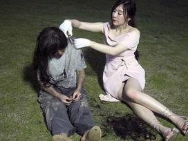 Hot girl lẽo đẽo đi theo người vô gia cư trong công viên và nguyên nhân thật sự khiến nhiều người bất ngờ