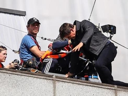 """VIDEO: Tom Cruise gặp tai nạn khi quay cảnh hành động trong """"Điệp vụ bất khả thi 6"""""""