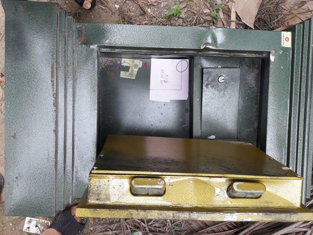 Hết Chủ tịch xã bị tung ảnh nóng, đến két sắt của UBND bị đập phá-2
