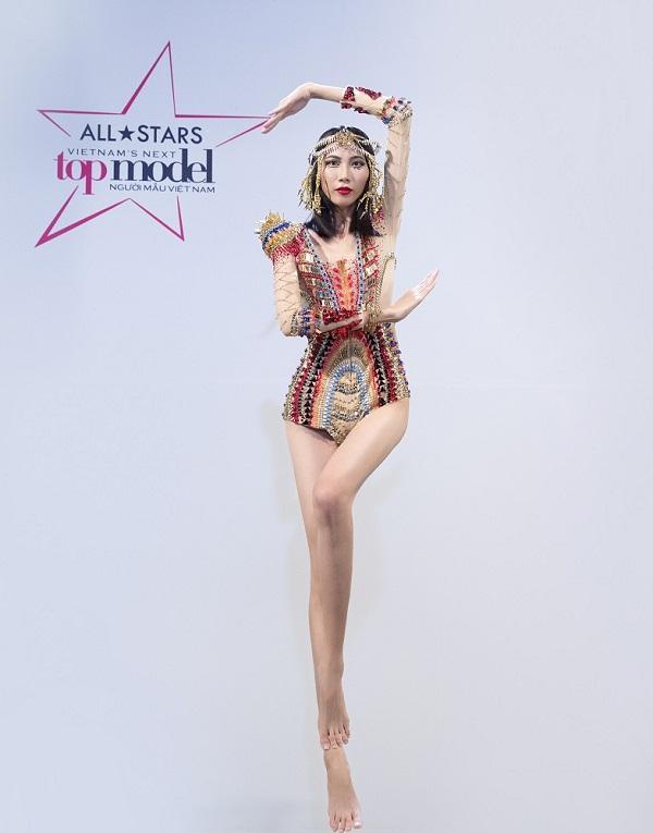 'Cây hài Next Top' Cao Ngân hợp sức Thùy Dương phá banh vũ điệu sexy của Katy Perry-1