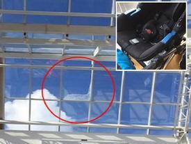 Mái nhà kính vỡ khiến bé sơ sinh bị mảnh thủy tinh bao phủ