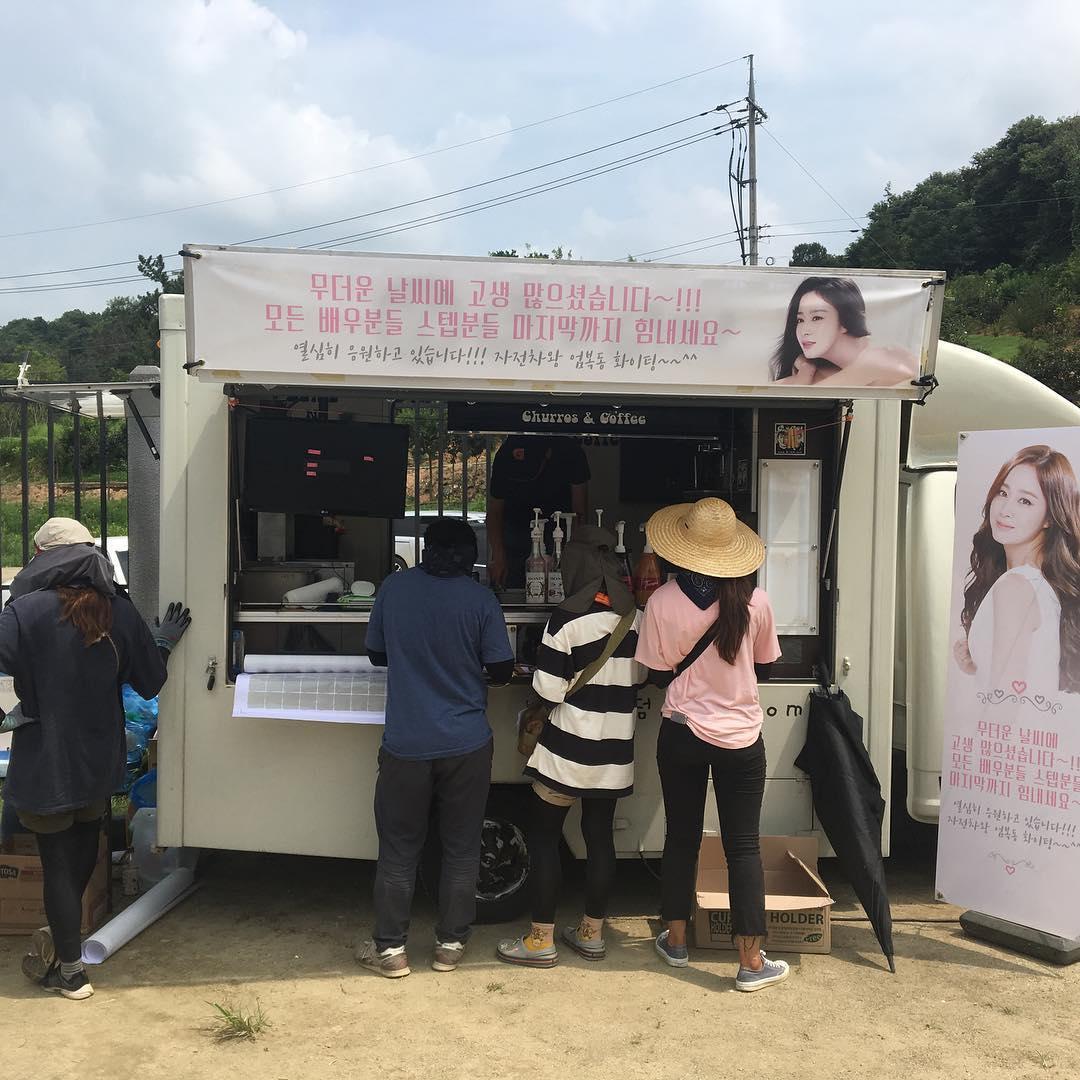 Sao Hàn 14/8: Kim Tae Hee gửi một xe cà phê ủng hộ phim của ông xã Bi Rain-2