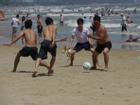Lí do anh em thích đá bóng bãi biển